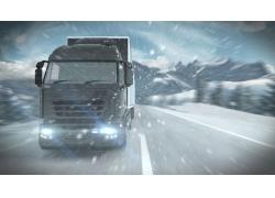 雪中夜晚行驶的货车