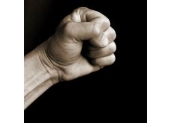 握着拳头的手