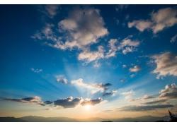 夕阳蓝天和云朵