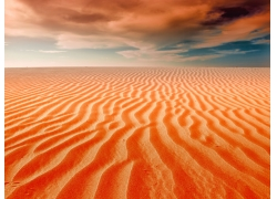 云朵下的沙漠