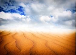 蓝天白云和沙漠