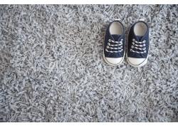 地毯上的婴儿鞋子图片
