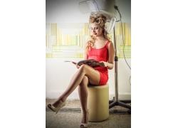 坐在椅子上做发型的美女