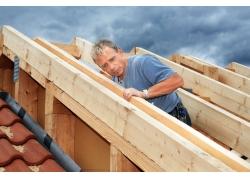 装修木板的工人