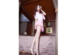 粉色清纯美女卧室写真