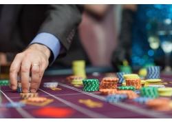正在赌博下注的人