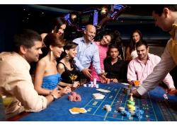 正在赌博的人们