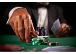 正在赌博下注的男人