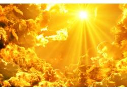 金色太阳光芒和云朵