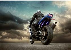 骑赛车摩托的男人