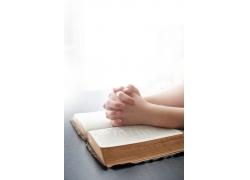 书本上祈祷的双手