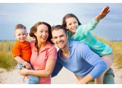 开心娱乐的家庭人物摄影