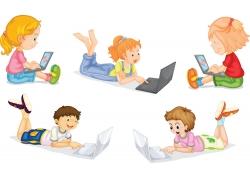 玩电脑的卡通儿童图片