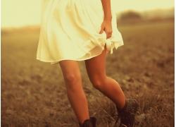 走在草地上的女孩