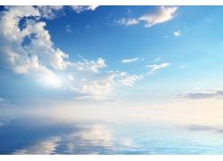 蓝天白云与水面倒影