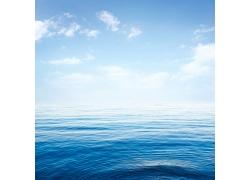 蓝天白云与水面背景
