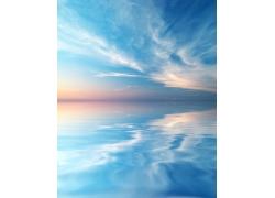 蓝天白云与水纹倒影