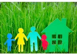 草地上的剪纸家庭