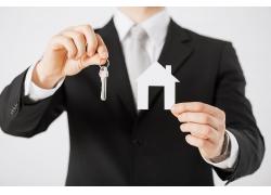 拿着钥匙和房子的人