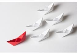 白色纸船与红色纸船