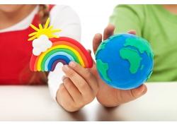 手中的橡皮泥地球与彩虹