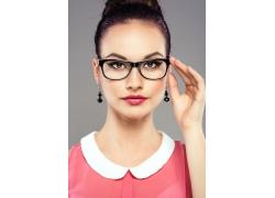 戴眼镜的时尚美女