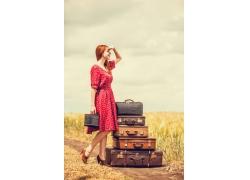 提着行李箱的时尚美女