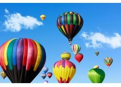 蓝天上的彩色热气球