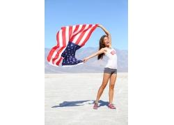 举起美国旗的美女