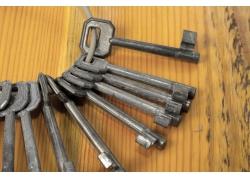 木板上摆放的一串钥匙