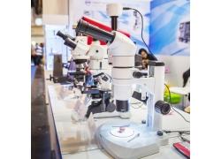 实验室里显微镜