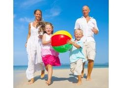 沙滩玩耍的幸福家庭图片