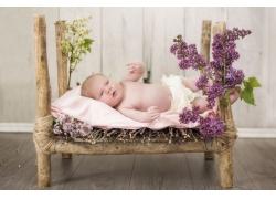 躺在木架床上的baby