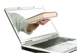 从笔记本电脑里递出来的书本