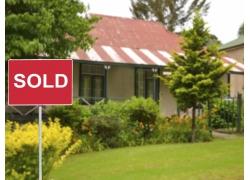 房前的红色提示牌