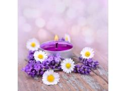 木板上的蜡烛与花朵