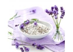 毛巾上的大米与花朵