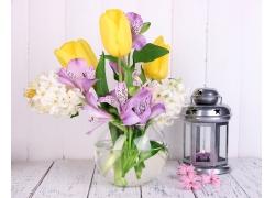 美丽的花朵与油灯