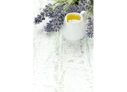 破旧木板上的茶水与花朵