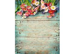 放在木板上的花朵