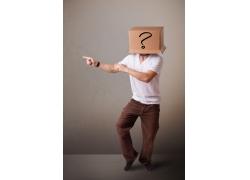 把画着问号的纸箱套在头上的男人