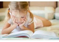 趴在地上看书的女孩图片