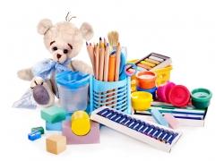 毛绒小熊玩具与彩色笔